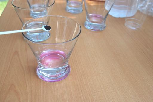 1.食用色素を水に溶かします