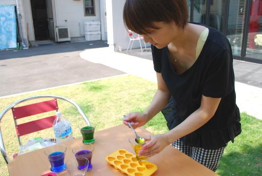 4.容器に色水を入れます