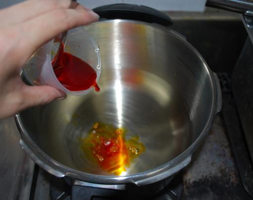 2.染料を溶かして鍋に入れます