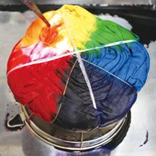 タイダイ染めカップを使った染色風景 /画像